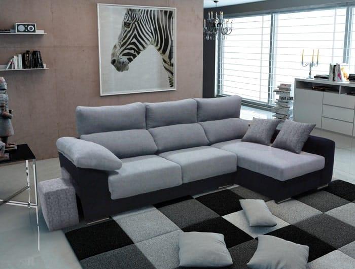 Sofá de tela con puffs